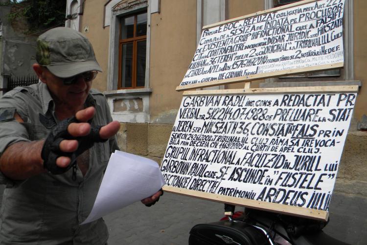 Un motoclist protestează în fața Primăriei Cluj-Napoca FOTO VIDEO