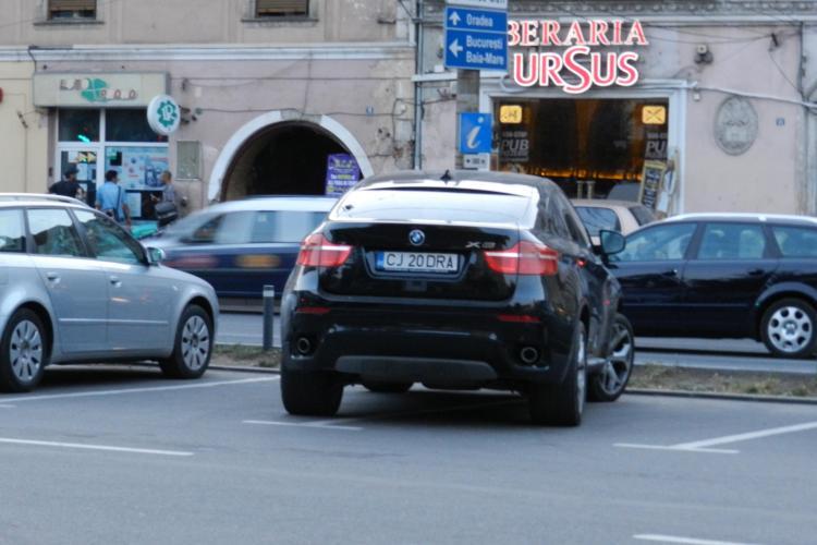 Şi-a parcat maşina pe două locuri de parcare, pentru că era NERVOS! ŞTIREA CITITORULUI