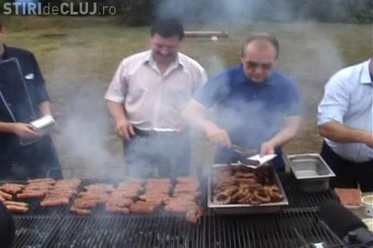 Emil Boc, bucătar pe Valea Gărbăului: Micii de Cluj sunt mai buni ca cei de București VIDEO