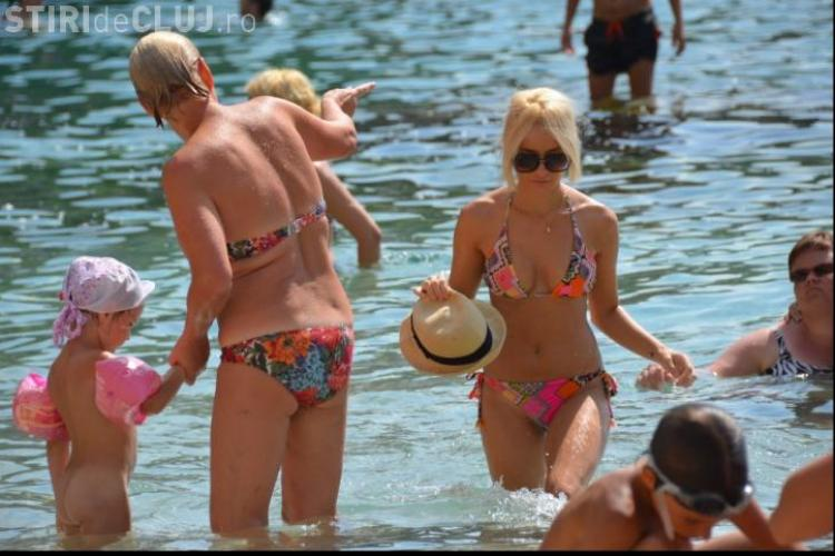Laura Cosoi pe plajă. Face baie cu pălăria pe cap FOTO