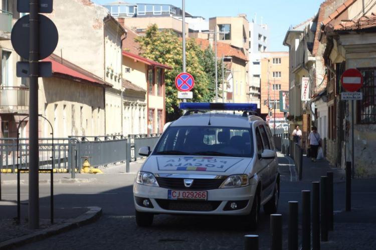 Numai șmecherii și POLIȚIA blochează drumul în fața fast food -ului ROSA FOTO