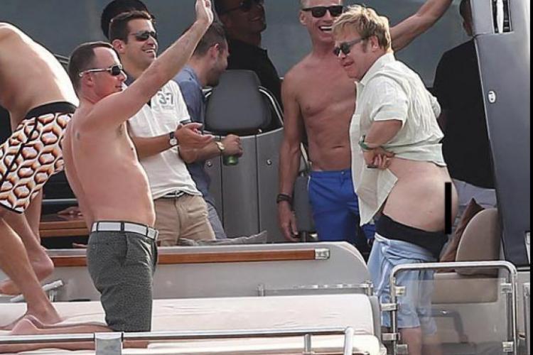 Elton John, în fundul gol pe un yaht