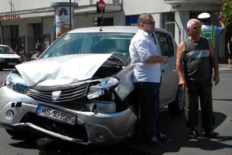 Accident în faţa Teatrului Naţional Cluj-Napoca: o Dacie Sandero care a trecut pe roşu a fost făcută praf de un BMW care circula regulamentar FOTO VIDEO