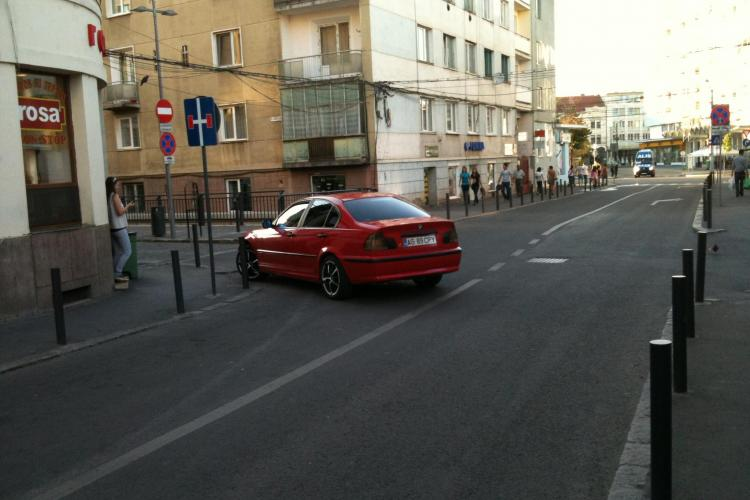 Șmecherii blochează traficul în față fast-food -ului Rosa, de pe strada David Ferenc ȘTIREA CITITORULUI
