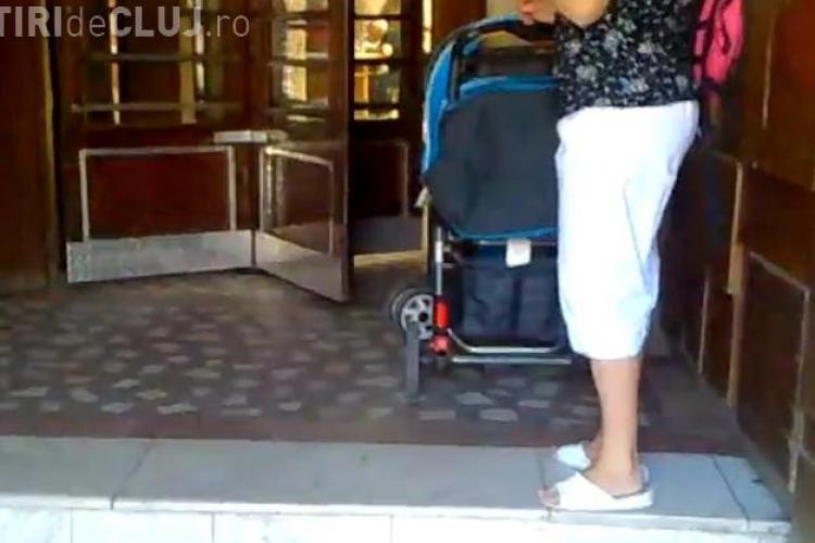Dezinteres MAXIM la Poșta Cluj! O mămică și-a lăsat copilul în cărucior la ușă, pentru că nu a putut trece VIDEO