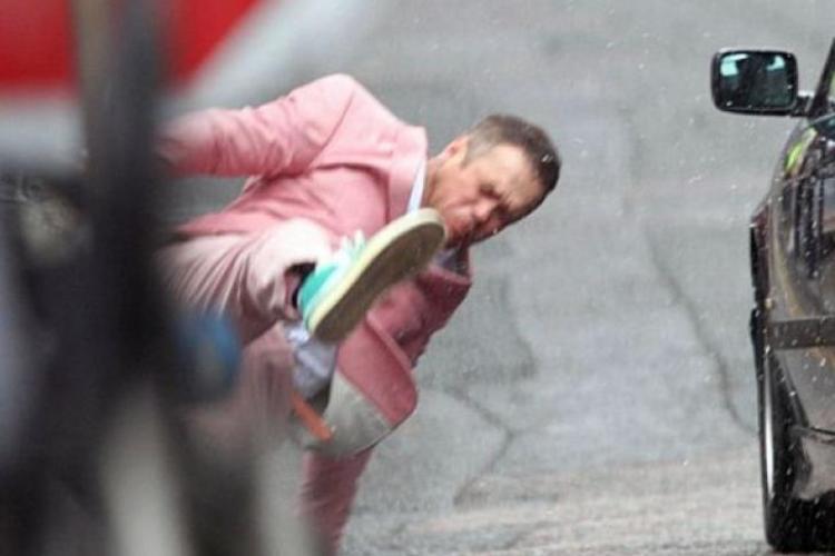 Robbie Williams, lovit din plin de o maşină FOTO