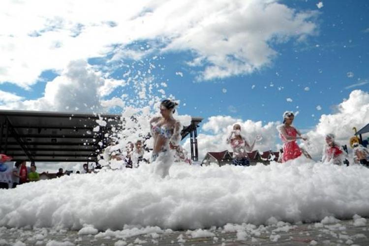 Petrecere cu SPUMĂ la Aqua Park Floreşti. Farmec şi-a lansat săpunurile lichide sub formă de spumă Gerovital FOTO VIDEO