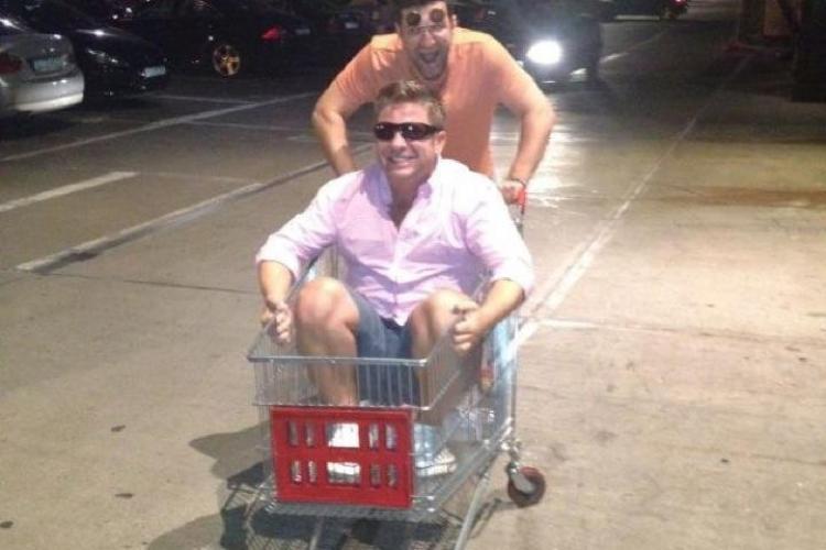 Smiley l-a plimbat pe Pavel Bartoș cu căruciorul de cumpărături FOTO