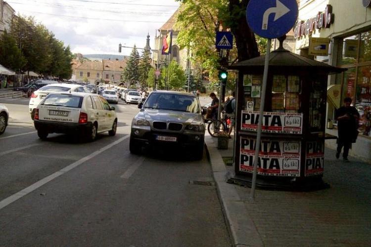 Şi-a parcat BMW-ul pe SENS UNIC şi a blocat o bandă de circulaţie FOTO ŞTIREA CITITORULUI