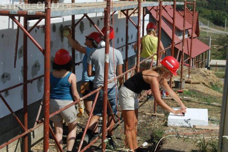 15 avocaţi din şapte ţări europene construiesc o casă în Dezmir