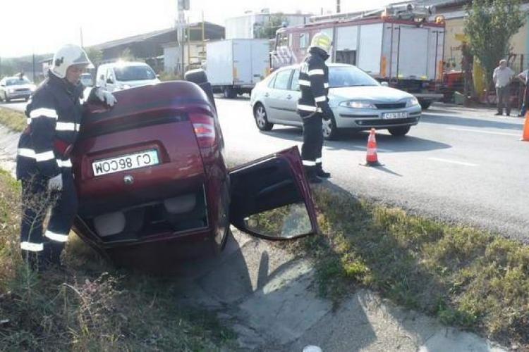 Accident la Livada! O Skoda s-a răsturnat în șanțul de pe marginea drumului