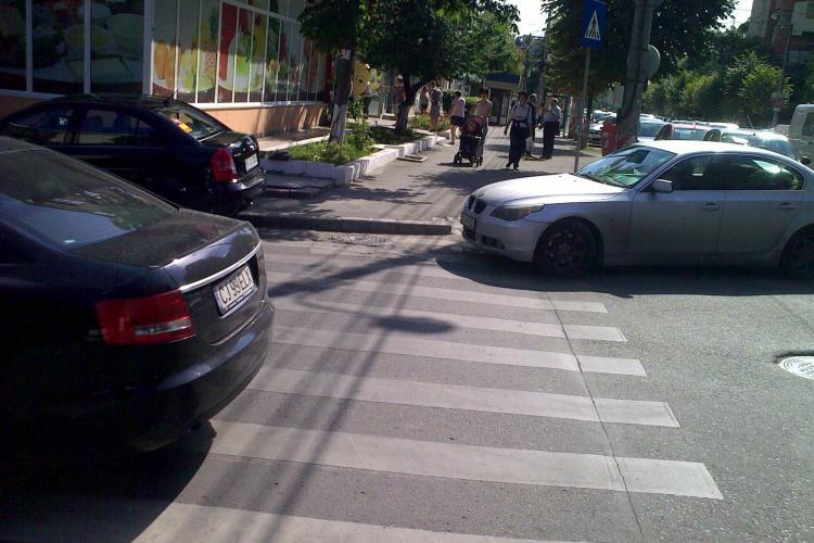 Clujul este sufocat de mașini! Cum se parchează pe strada Titulescu - colt cu magazinul Mega