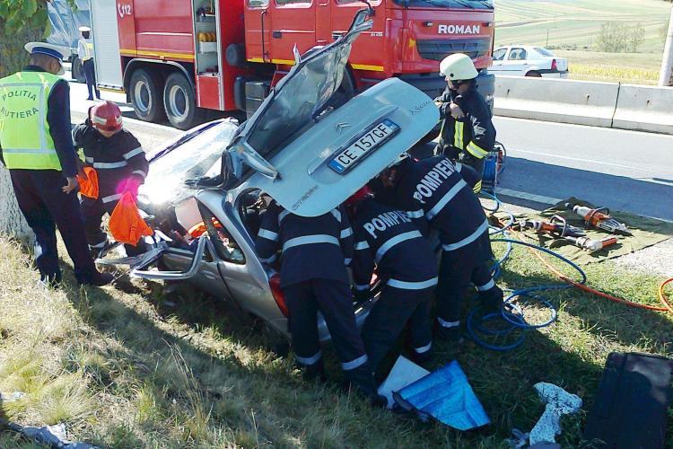 Imagini cu accidentul din Tureni! O mașină a intrat într-un copac și cinci persoane au fost încarcerate FOTO