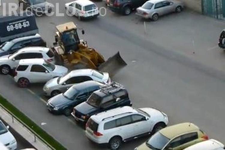 Un rus beat a avariat cu buldozerul cinci mașini! Proprietarii acestora l-au pus la punct cum se cuvine VIDEO