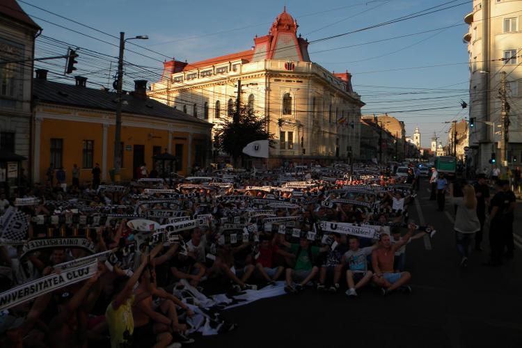 Protest MAGIC al fanilor U Cluj! Suporterii s-au culcat pe asflat în fața Primăriei VIDEO