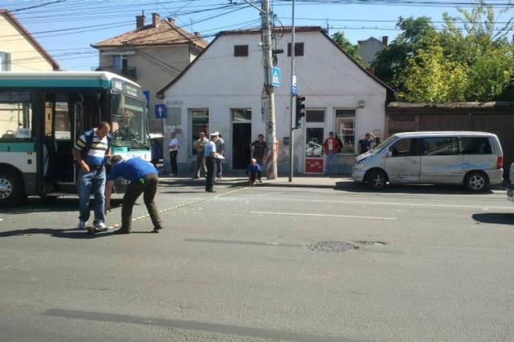 Accident în zona Spitalului Stanca! Un autobuz a lovit un Mercedes Vito VIDEO
