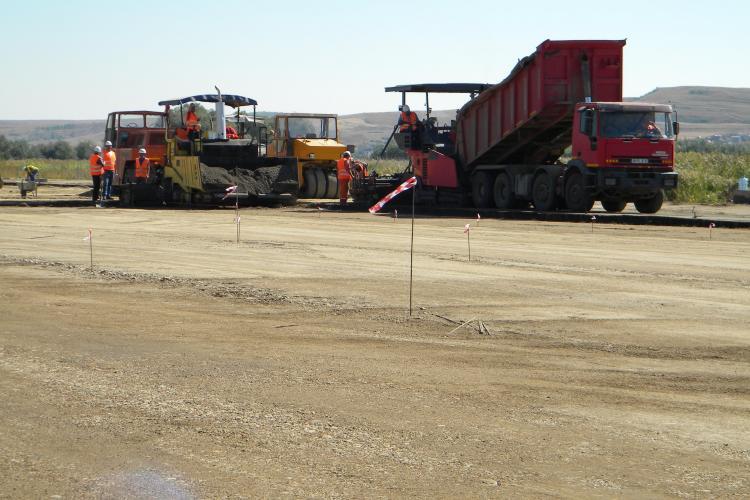 Se lucrează intens la pista de 3.500 a Aeroportului Internaţional Cluj. În 2013 va fi gata! FOTO / VIDEO
