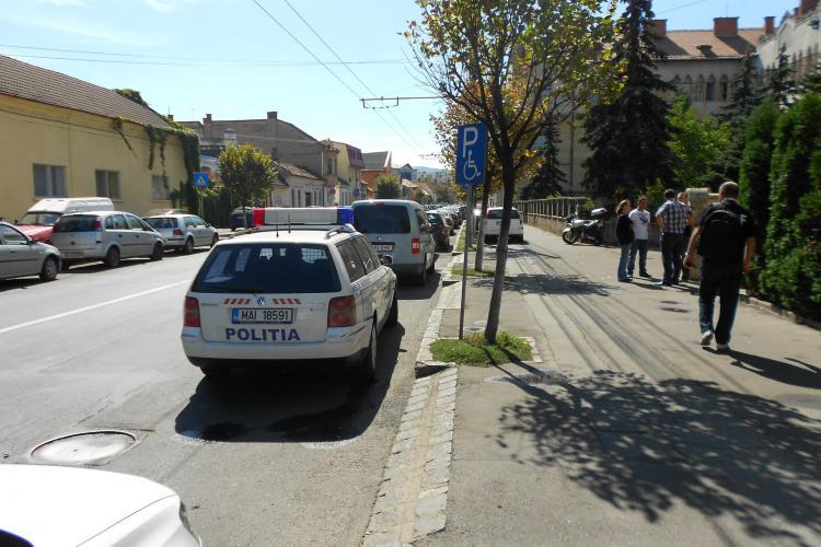 Mașină de poliție staționa pe loc cu handicap în fața sediului IPJ Cluj FOTO