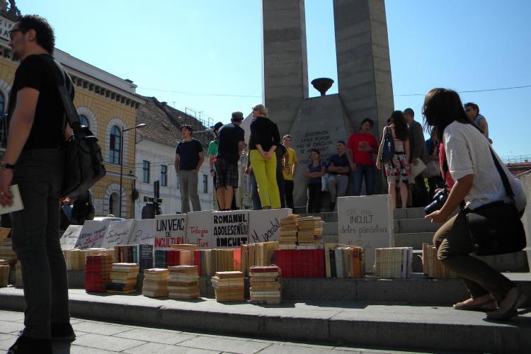 """Protest în faţa sediilor PDL şi USL. Politicienii, """"blocaţi"""" de un ZID de cărţi! FOTO/VIDEO"""