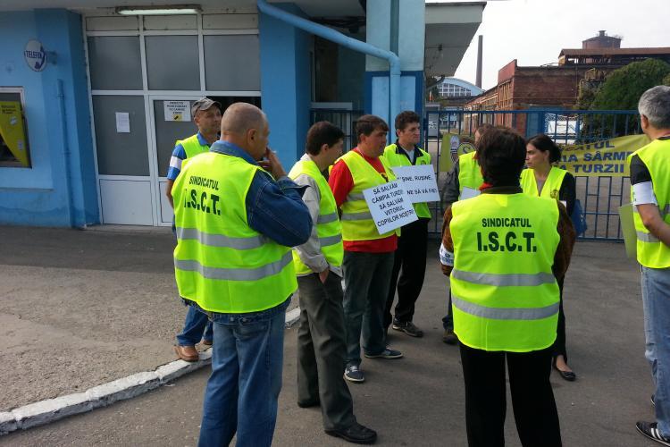 Angajaţii de la Mechel, SPERIAŢI că vor fi trecuţi pe listele de şomaj: DOAR 11 oameni au ieşit la protest! FOTO