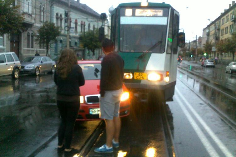 Accident pe strada Horea! Un tramvai a lovit un autoturism Skoda - FOTO