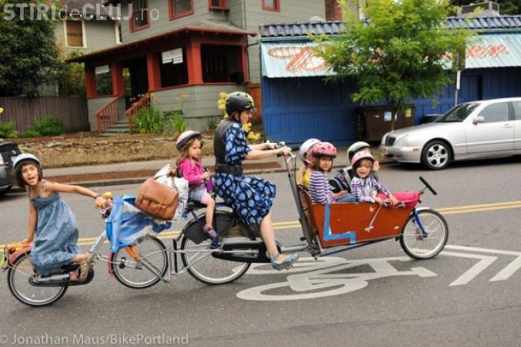 O mamă cu 6 copii a găsit o metodă INEDITĂ să îi ducă fără maşină la școală FOTO
