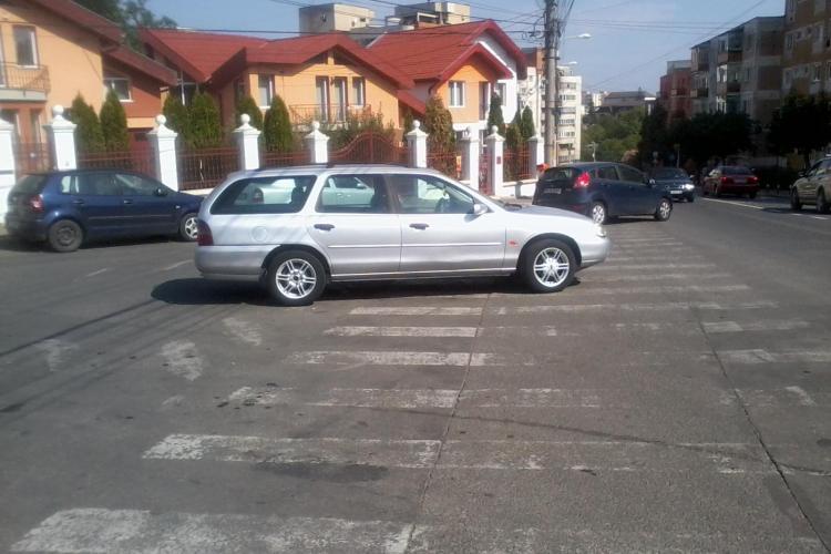 Parcare pe trecere de pietoni pe strada Inău - FOTO