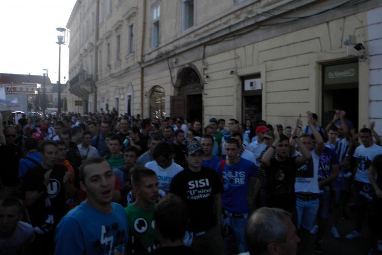 Suporteri U Cluj au spart halbe pe Eroilor și au aruncat cu fumigene și petarde după jandarmi