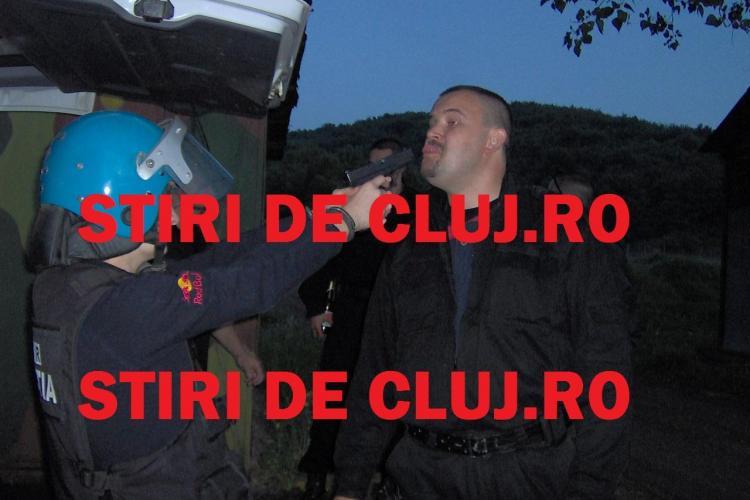 """Polițiștii de la DIAS Cluj fac CHEF cu fetele în poligonul de antrenament. """"Prietenele"""" se joacă cu armele și chiar se amenință VIDEO EXCLUSIV"""