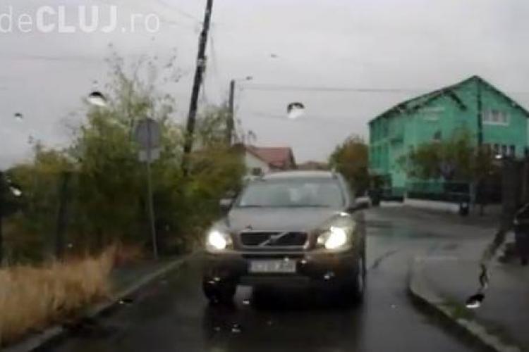 Are 4X4 și poate merge și pe SENS UNIC, chiar dacă blochează drumul! VEZI un caz de NESIMȚIRE din Cluj-Napoca - VIDEO