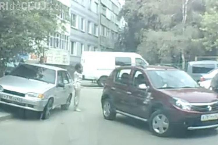 E greu să parchezi un Sandero! O șoferiță şi-a strivit prietena care o ajuta să parcheze VIDEO