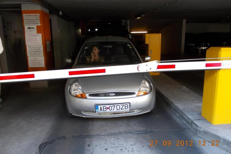 TUPEU și NESIMȚIRE! A blocat parkingul de pe Moților și s-a dus la bancomat să scoată bani - FOTO
