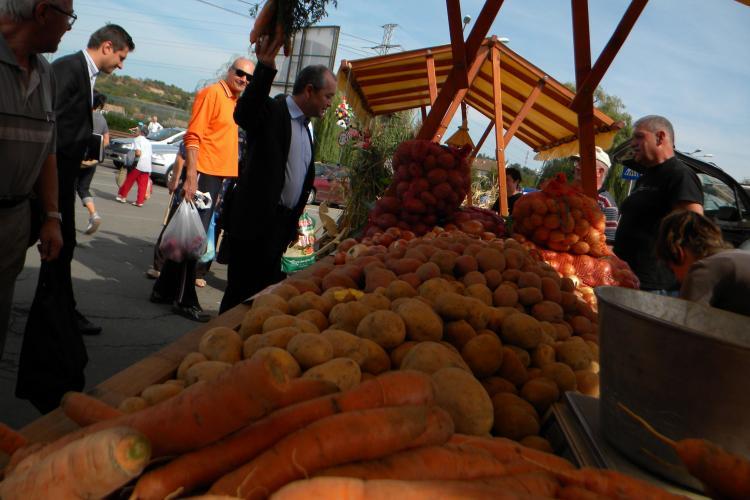 Emil Boc la Ziua Recoltei. Și-a cumpărat morcovi, miere de albine și a primit o traistă - VIDEO și FOTO