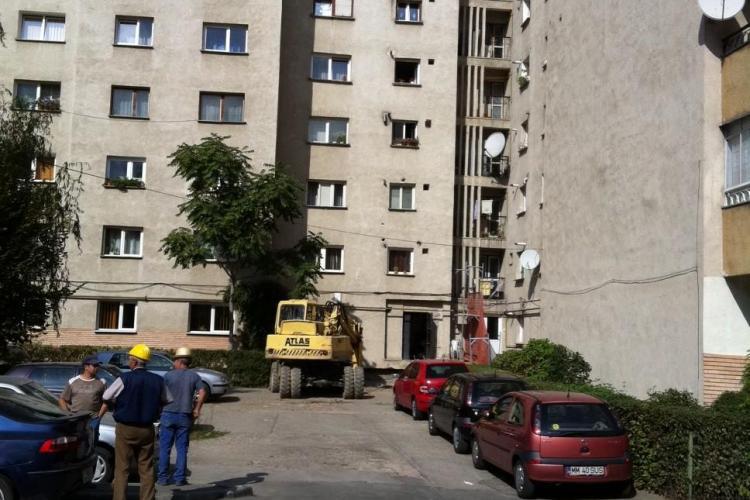 La un bloc cu 8 etaje din Cluj, locatarii își mai construiesc câte o cameră de 20 de metri pătrați pe exteriorul imobilului - FOTO