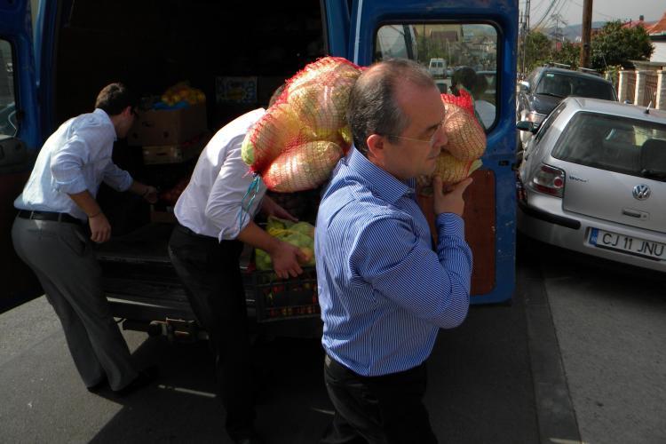 Emil Boc a cărat saci cu legume la o casă de tip familial. Producătorii de la Ziua Recoltei au donat 2 tone VIDEO și FOTO