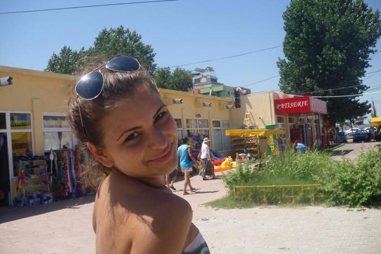 Tânăra care a scuipat și umilit o elevă este din Brăila - FOTO