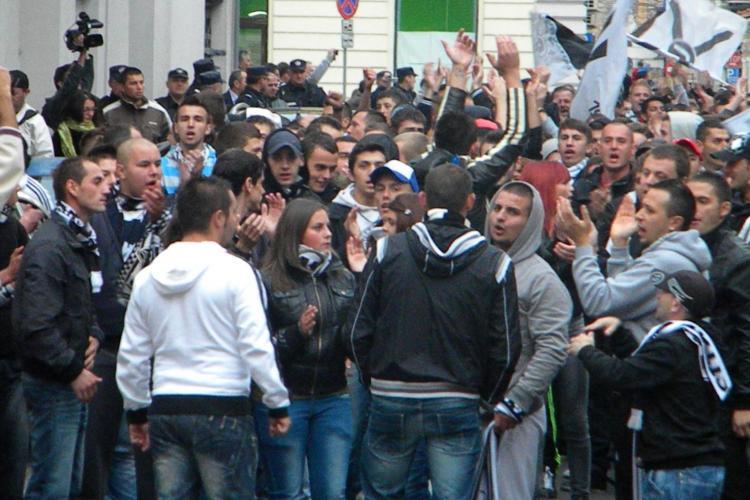 Suporterii U Cluj au ocupat orașul. Pe unii clujeni i-au ORIPILAT cu noua lor scandare - VIDEO