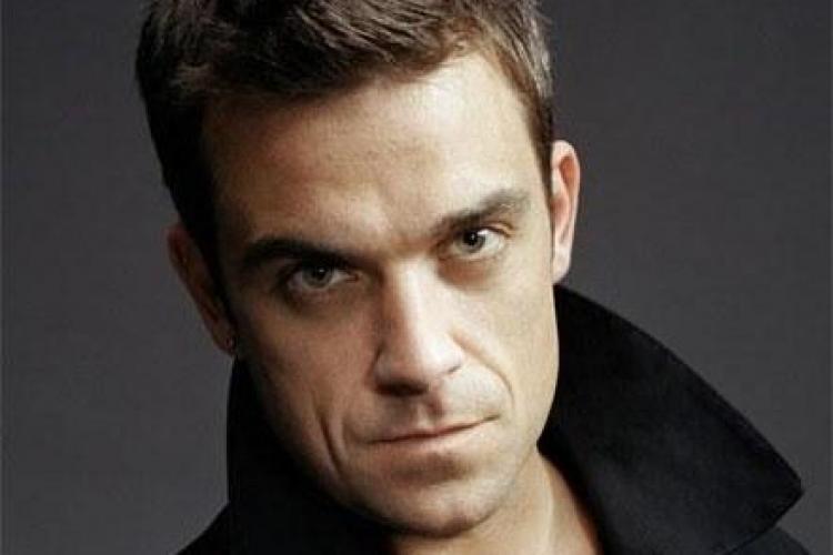 Robbie Williams îmbrățișează femei GOALE pe scenă FOTO