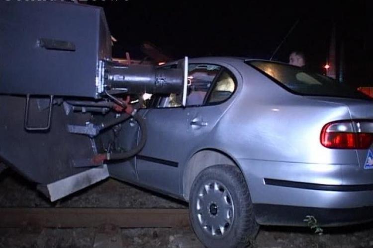 Mașină lovită de tren la Dej. Șoferul a scăpat cu viață, dar mașina s-a ÎNFIPT în tren - VIDEO