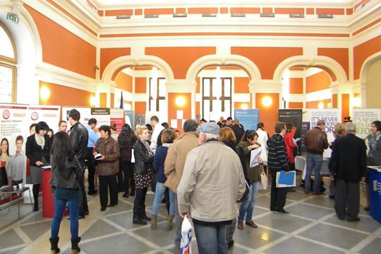 Târg de joburi la Cluj, organizat de un preot. Tinerii, momiți cu salarii de 500 de euro, dar firmele nu s-au înghesuit