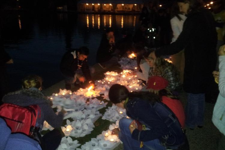 Feerie pe Lacul Chios. Sute de lampioane au fost lansate la apă - FOTO