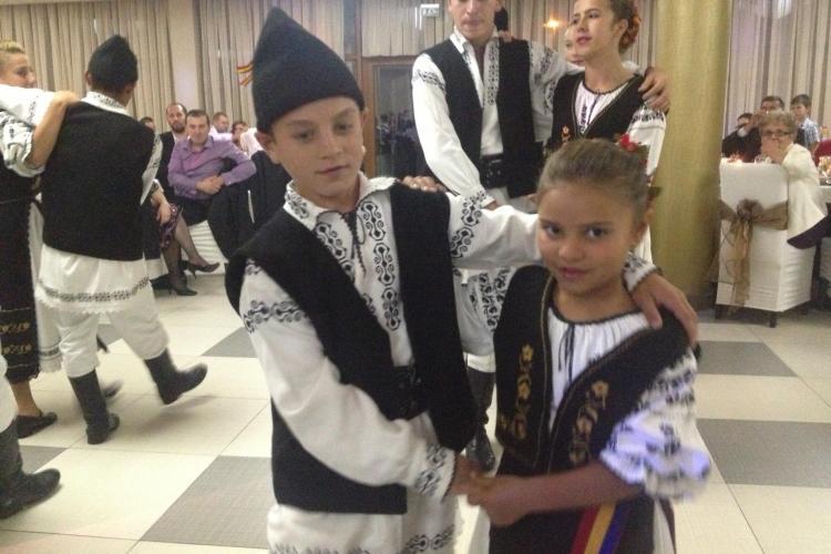 Copii de 9 ani din Palatca dansează la nunți pentru a aduna bani de costume populare. Merita un LIKE? - VIDEO