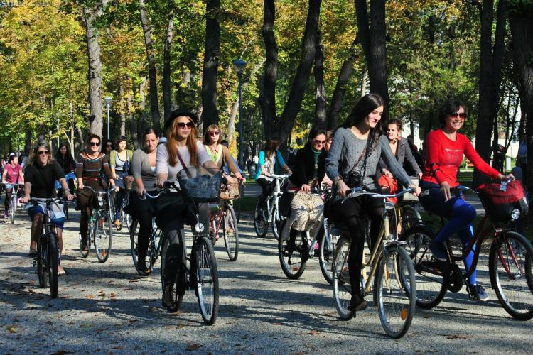 Femei și bărbați, în fustă pe bicicletă prin Cluj-Napoca - FOTO