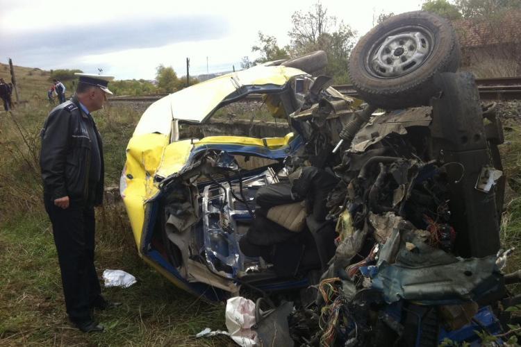 Accident feroviar în Huedin. Un tren a lovit in plin o dubă. Doi romi au murit în accident- FOTO / VIDEO EXCLUSIV