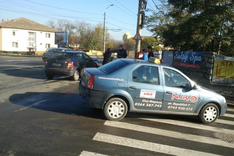 Accident pe Traian Vuia! O mașină de școală de șoferi a fost lovită în timpul examenului - VIDEO și FOTO