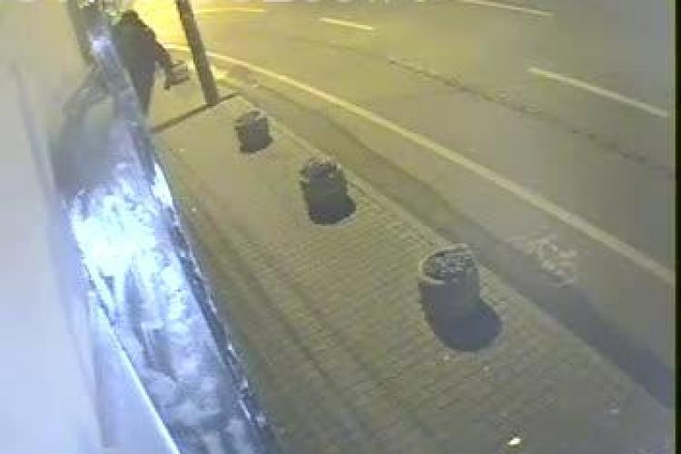 Un hoț a furat camerele de supraveghere ale unui bar din centrul Clujului. Patroana oferă recompensă pentru prinderea lui - VIDEO