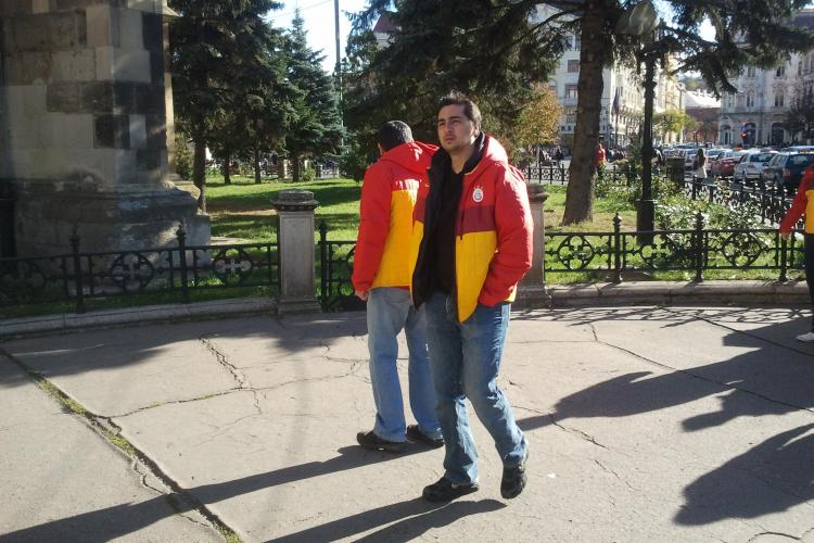 Suporterii Galata prin centrul Clujului. Obiectivele turistice erau închise - FOTO