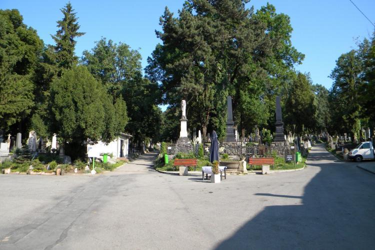 """Ce spune Emil Boc despre proiectul """"Fără fustă scurtă în cimitirele din Cluj"""". Regulamentul cimitirelor e în dezbatere - VIDEO"""
