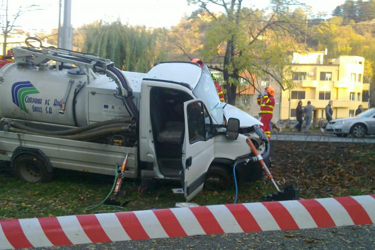 """Accident pe Splaiul Independenței! O mașină a Companiei de Apă Cluj a """"deraiat"""" în Parcul Central - VIDEO și FOTO"""