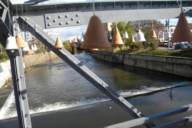 Orașul Vizibil 2012. 500 de clopoței au fost legați pe podul Elisabeta -  FOTO